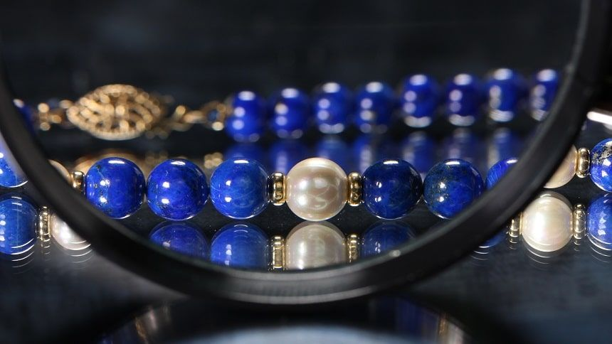 宝石を虫眼鏡で拡大している様子