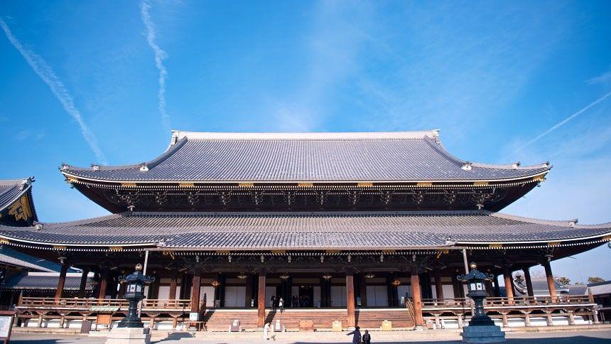 東本願寺を正面から見た写真