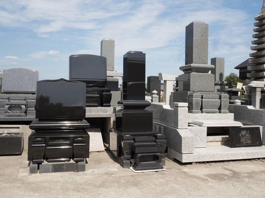 さまざまな形の墓石