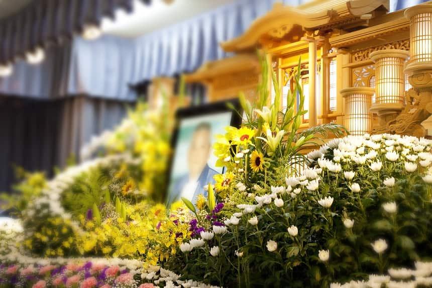 花が並んだ祭壇