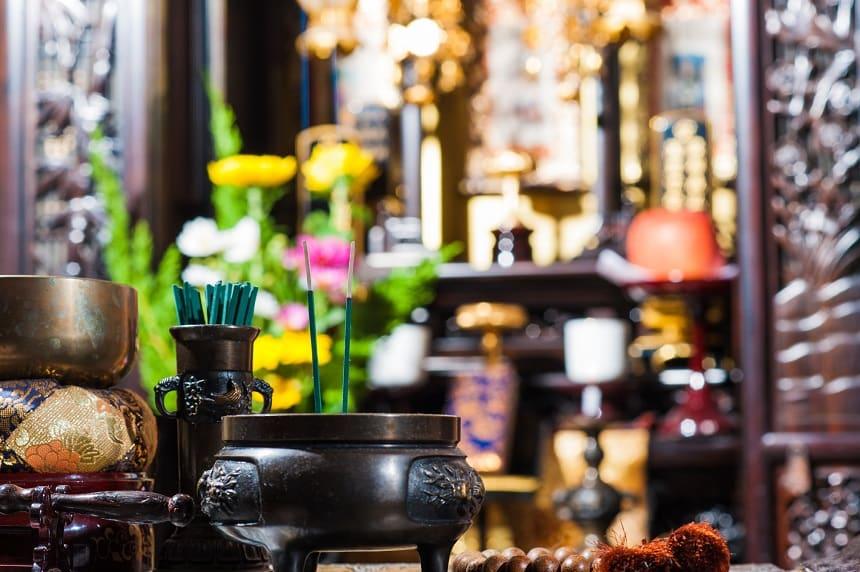 複数本の線香が備えられている仏壇