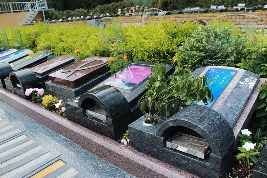 阪南小川渓メモリーズパーク「樹木葬」ガラス素材を使用したデザイン墓石