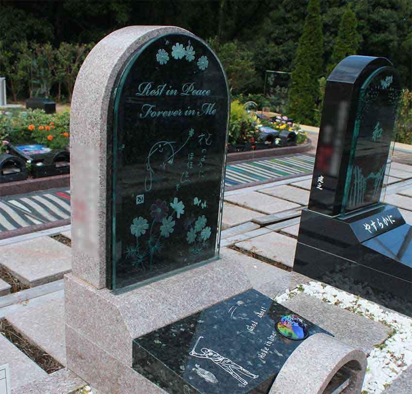 阪南小川渓メモリーズパーク「凜硝墓」絵手紙が描かれた墓石