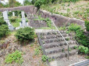 金沢霊園の最後部にある階段
