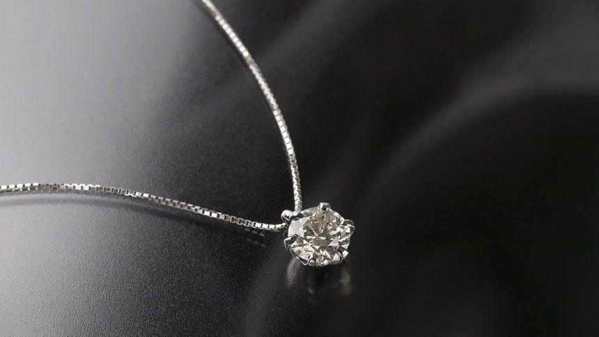 黒背景のダイヤモンドのネックレス