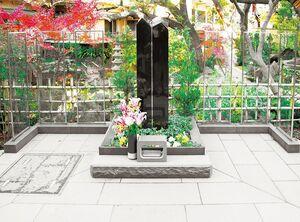 高輪墓苑の紅葉がきれいな黒い大きな石碑