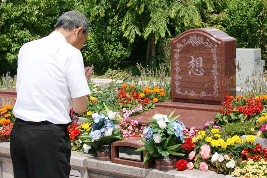 樹木葬「セレナージュ」に手を合わせる人