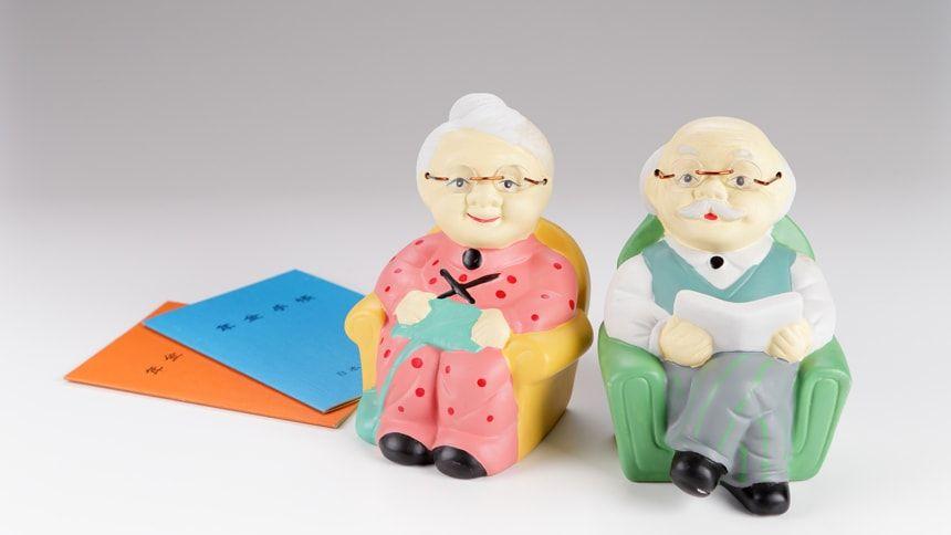 老夫婦の人形と年金手帳
