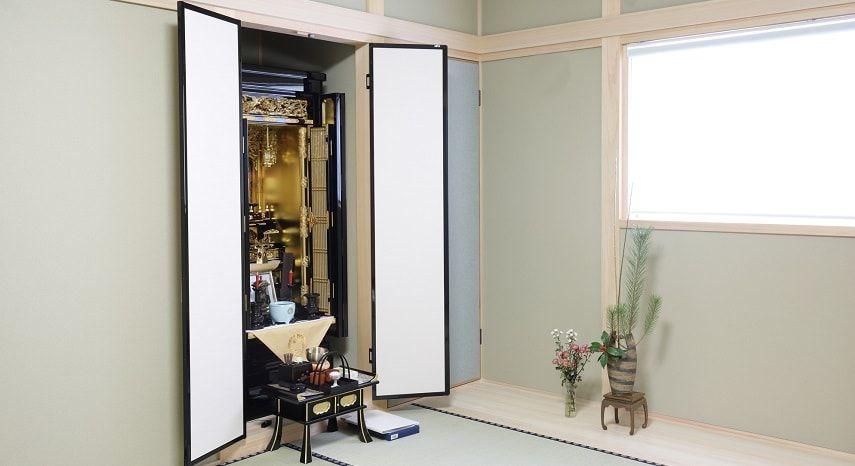 白い仏間にある仏壇