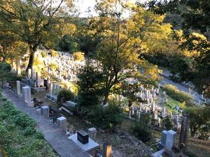 道路近くにある京都清水山墓地