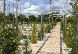森のお墓 弥生の里・自然聖園のカラフルな参道