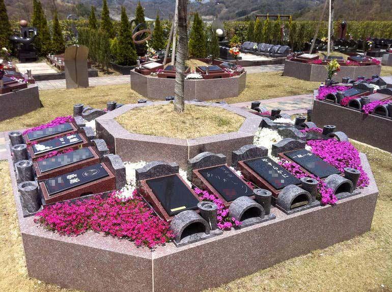 北摂池田メモリアルパークのピンク色の花が生えるガーデニング墓