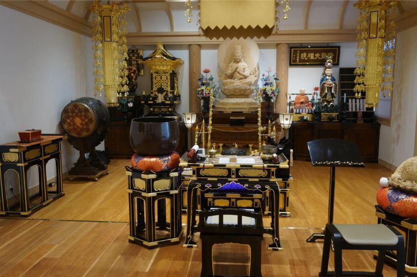 向島たから陵苑を運営する宝徳院の本堂