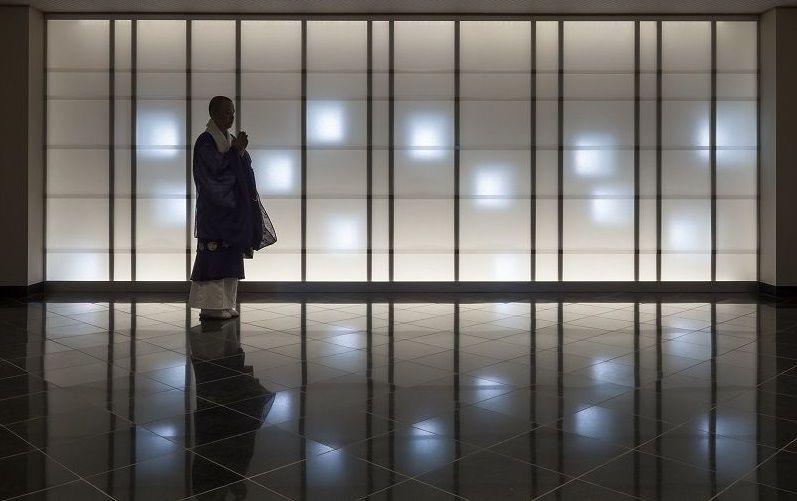 お墓マンション(迦楼塔 東京)で手厚く供養をしている様子