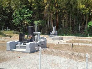 緑に囲まれた墓所
