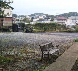 駐車場と休憩用ベンチ