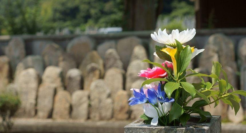 地蔵の前に供えられた仏花