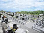 海を見晴らせるお墓が建ち並ぶ三浦霊園
