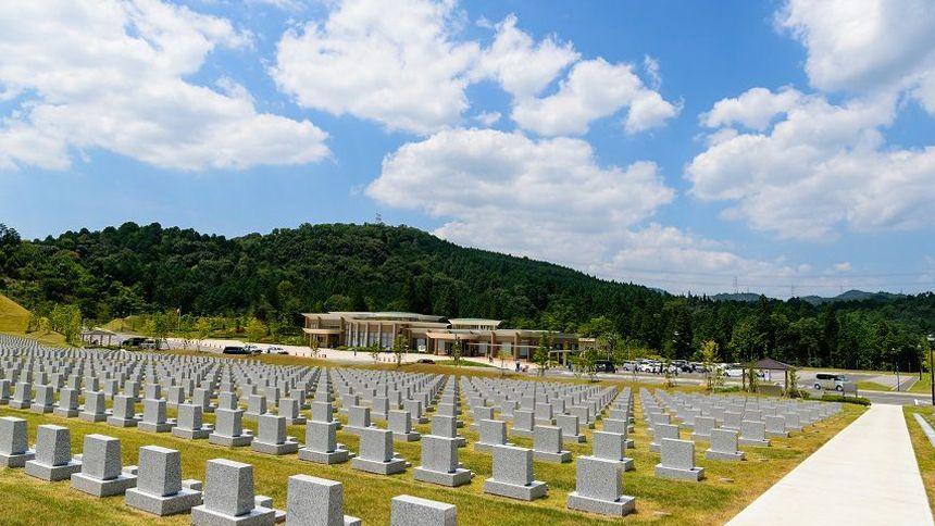 洋型のお墓が並んだ霊園