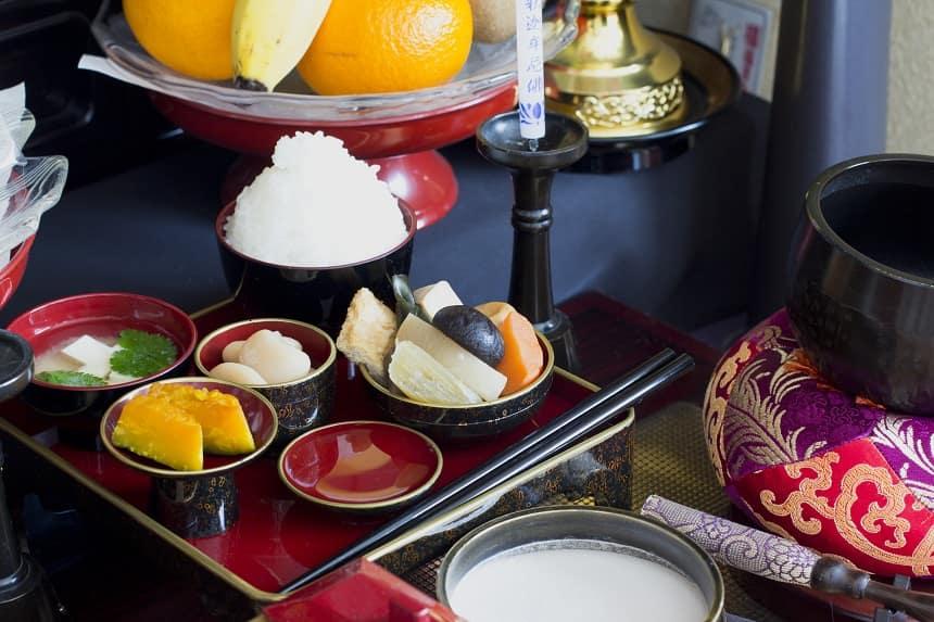 仏壇へのお供えは「五供(ごくう)」が基本!マナーや注意点を紹介