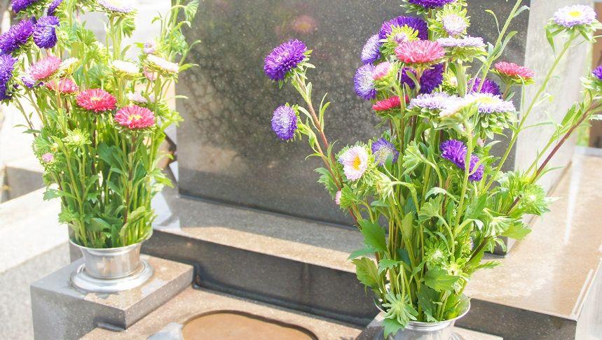 供花が供えられている花立