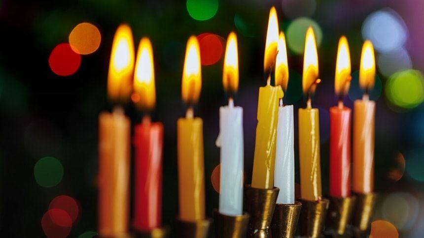 火の灯っている9本のロウソク