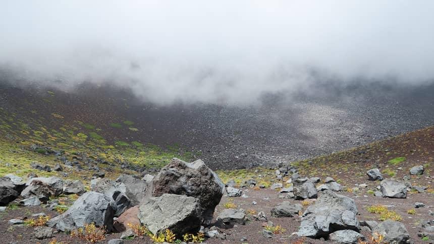 噴火口の転がる石