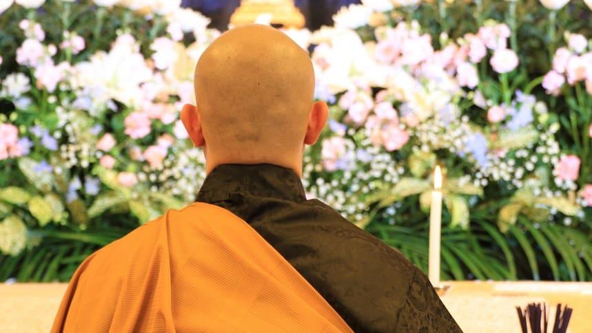 祭壇前で読経する僧侶