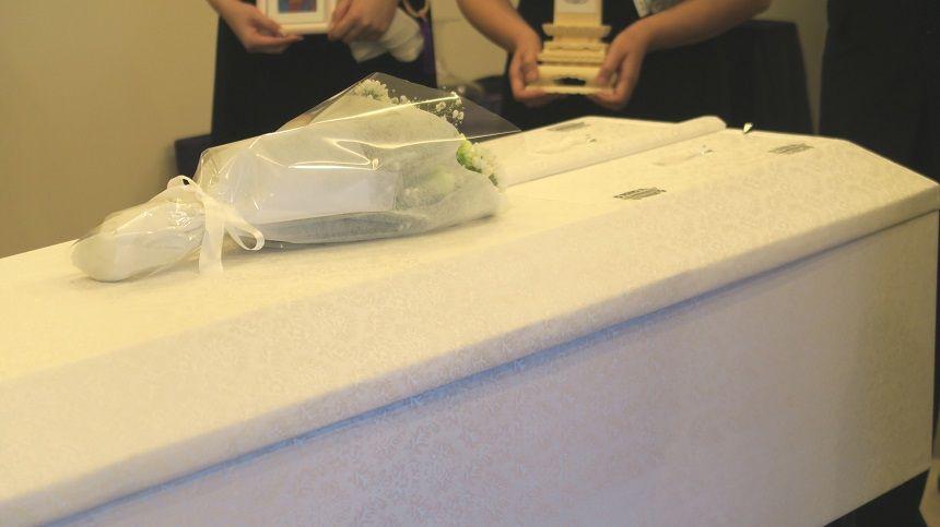 お花が供えられている棺