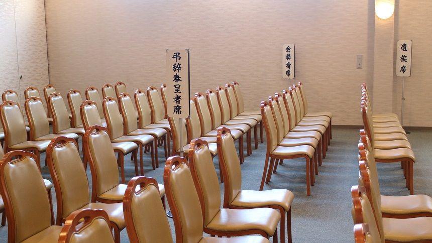 葬儀場内の椅子