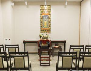 東京御廟のいすがいくつか並べられた法要スペース