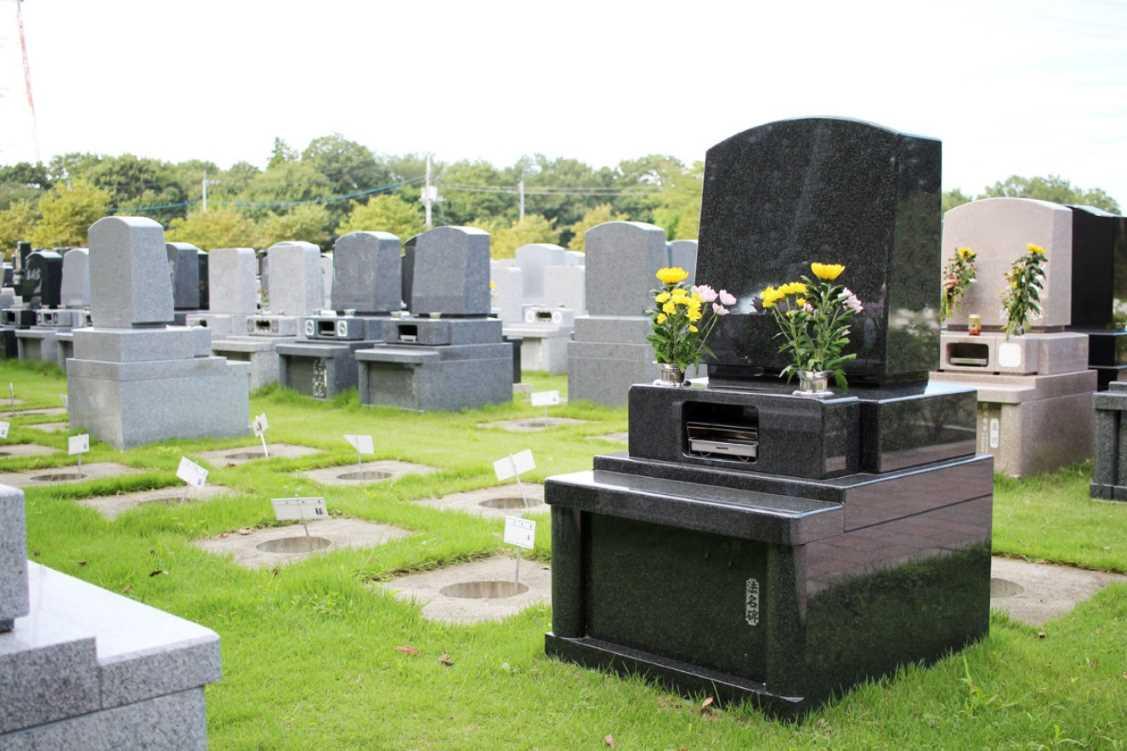 新所沢友愛聖地苑の大きい墓石が並ぶ墓域
