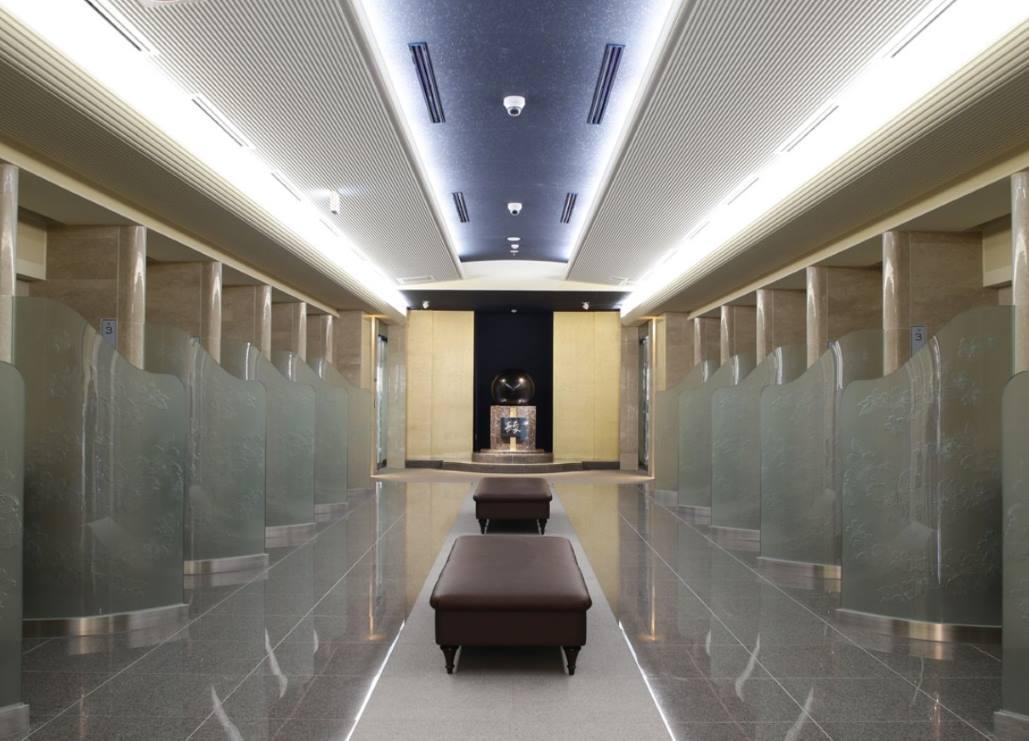 ひかり陵苑の広い空間でゆったりお参りできる参拝室