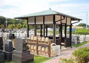 新所沢友愛聖地苑の手桶と柄杓置き場と休憩所とお墓