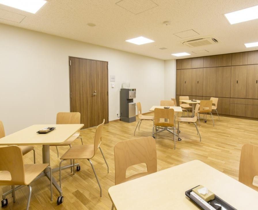 東京御廟の木の机といすが並べられた休憩スペース