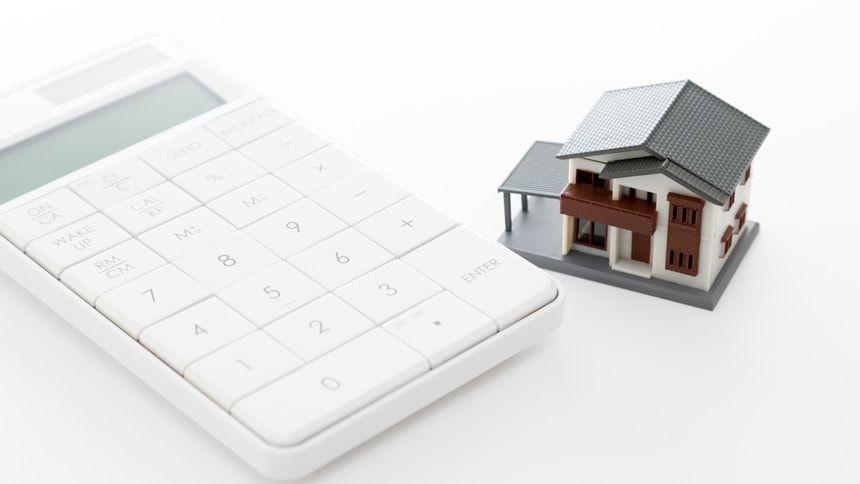 電卓と家の模型