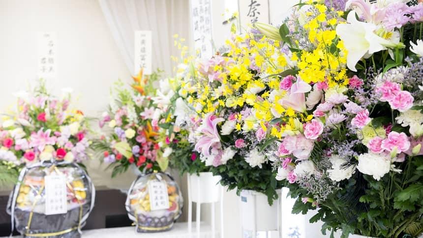 色鮮やかな供花スタンドが並んでいる