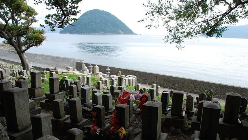 海の近くにある墓地