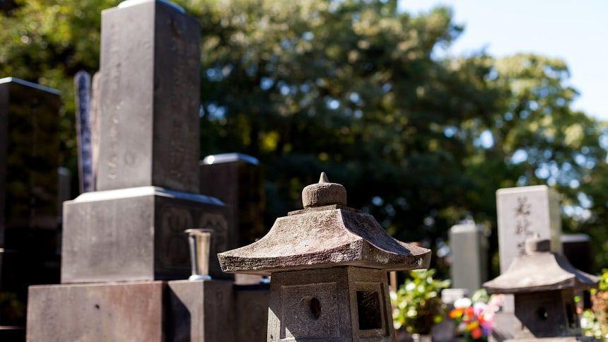 寺院墓地の使用料相場は約77万円。檀家料などの費用も必要