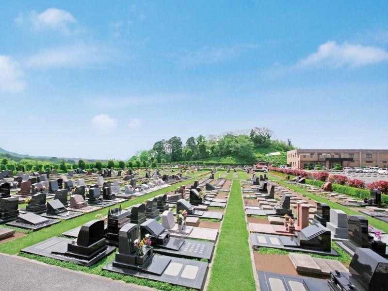 やすらぎの里 南葉山霊園の青い空の元に広がる芝生墓地