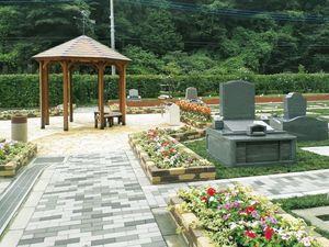 花壇に花が植わっている八王子上川霊園の墓域