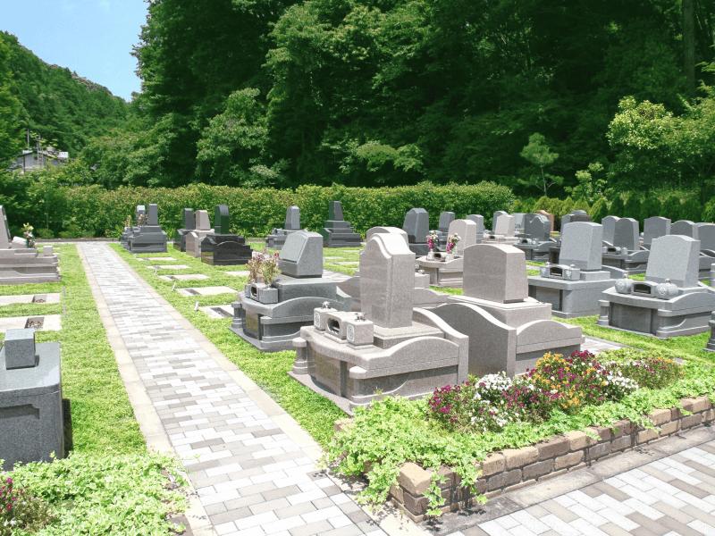 広々とした空間で道が整備された八王子上川霊園の高級洋型墓石区域
