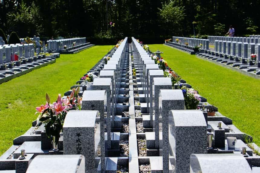 墓石がたくさん並んでいる緑豊かな霊園