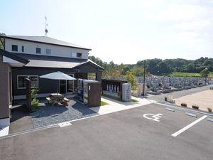 京阪奈墓地講演の管理棟と墓域