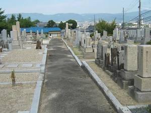七条町南山墓地内の広い通路
