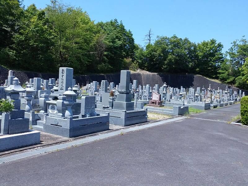 名張市営 東山墓園のお墓と通路