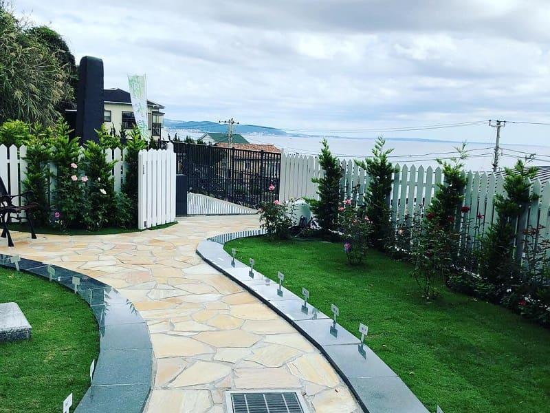 七里ガ浜顕証寺墓苑の入口と海