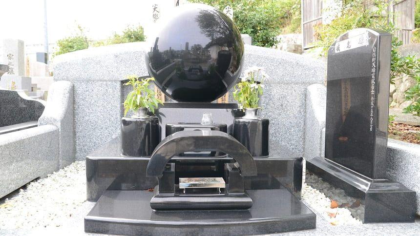 デザインに凝った墓石