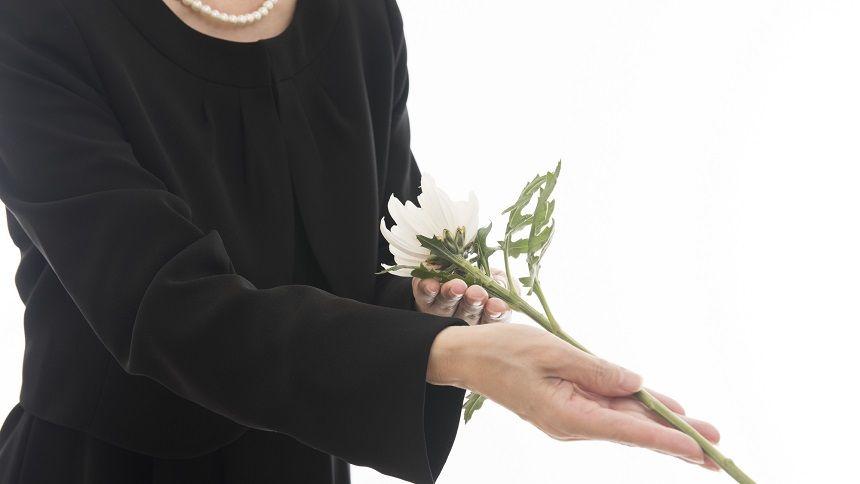 白い菊を献花する女性