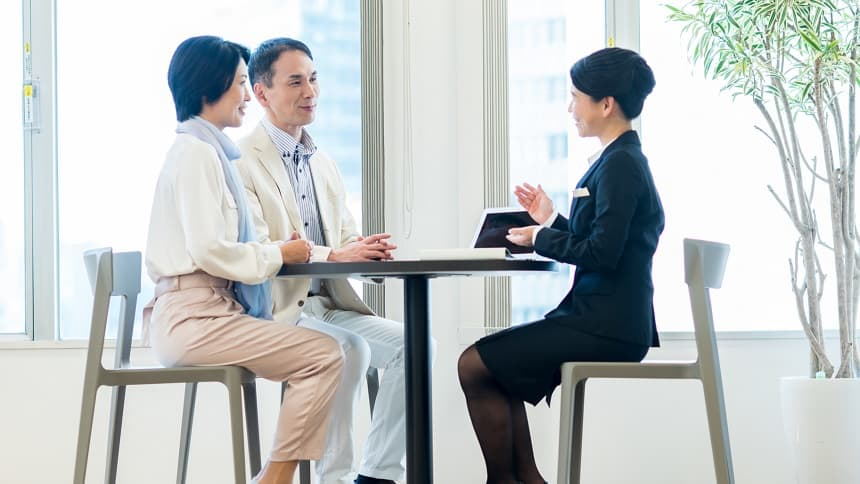 中高年夫婦の相談を受ける終活カウンセラー